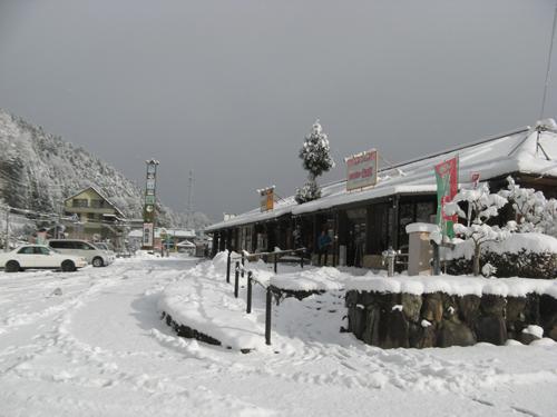 道の駅みなみ波賀 大雪につき駅長も雪かき