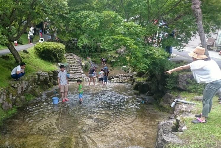原不動滝「川まつり」 楓香荘アマゴつかみも大盛況!