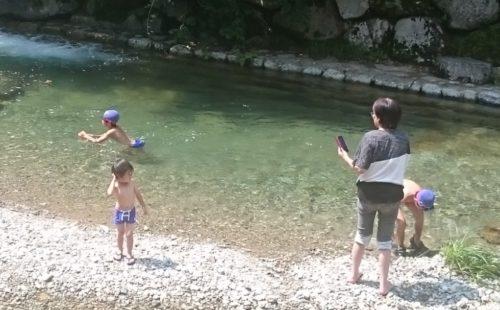 川遊び 波賀温泉楓香荘横を流れる八丈川